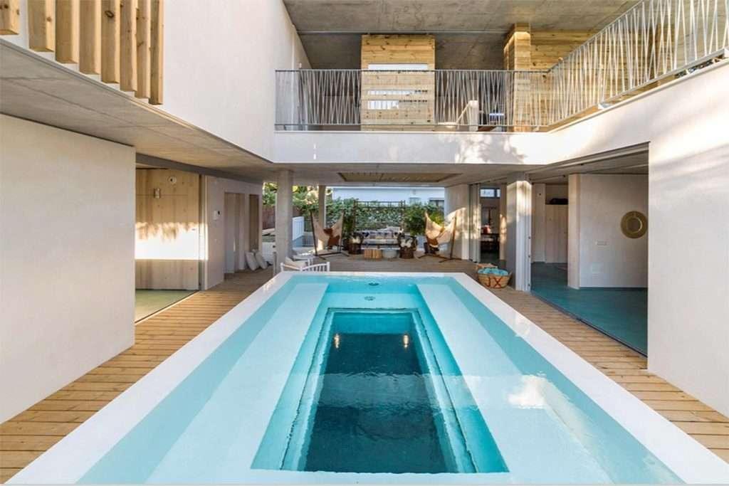 Piscina transparent de luxe amb escales de disseny. Espai Piscines Graf.