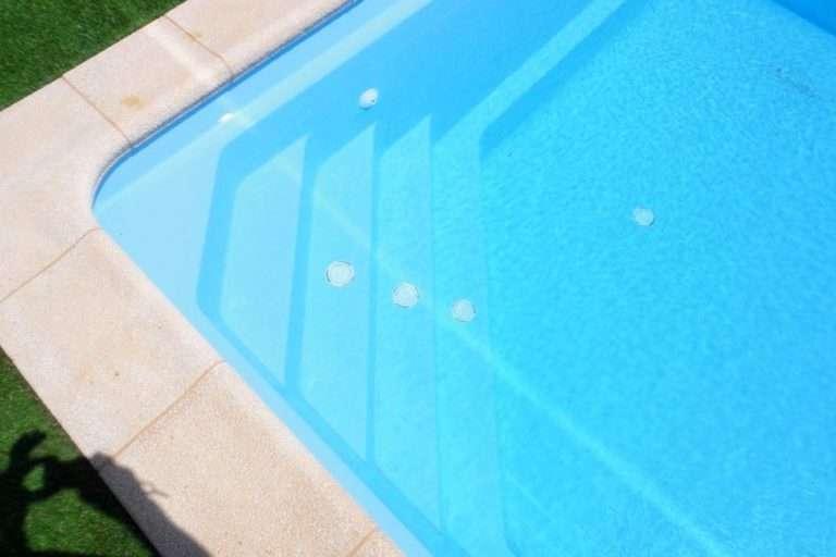 Diferència entre una piscina de polièster i una piscina d'acer