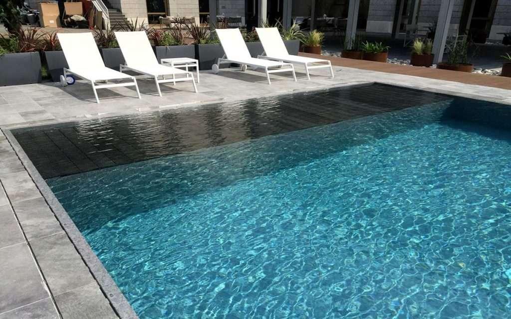 El microciment és un dels materials sostenibles per vorejar la piscina més elegants
